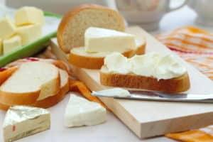крем-сыр и ломтики хлеба