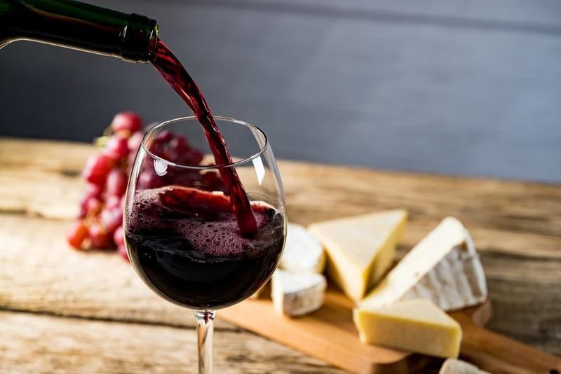 Красное вино и сыр